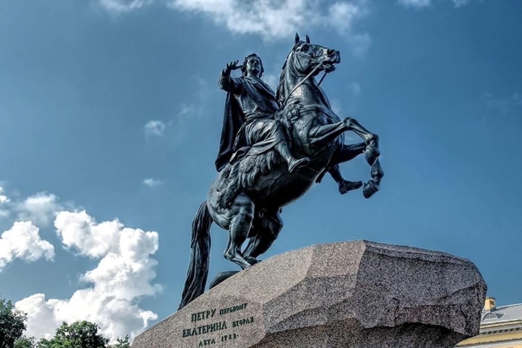 Памятник Петру I, фото с сайта www.len-a-tur.ru