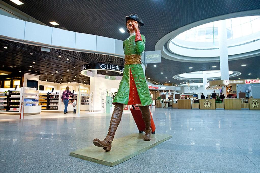 В аэропорту Пулково Пётр I в образе современного авиапассажира