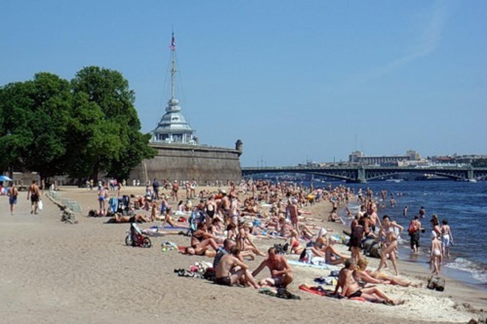 Пляж у стен Петропавловской крепости