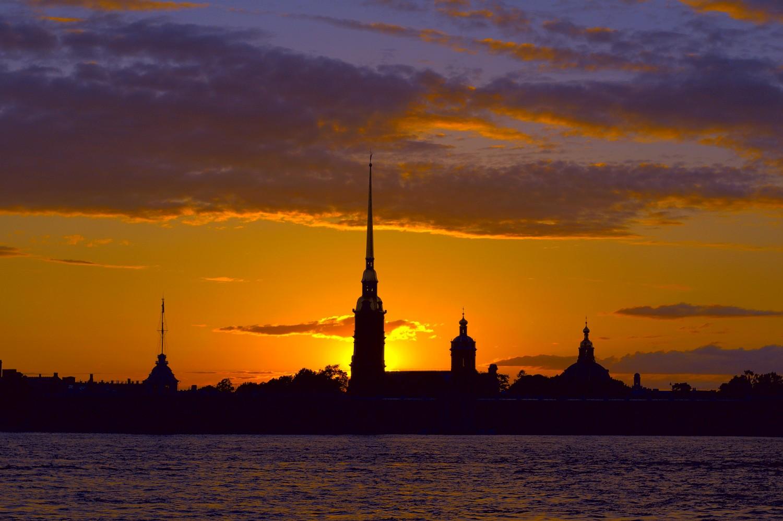 Вид на Петропавловскую крепость на закате