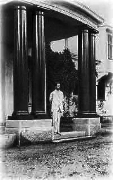 Фото 1914 г. А.Фаберже на крыльце дачи в Левашове. Добавил: Suokas (citywalls.ru)