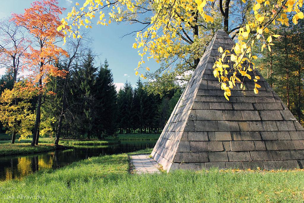 Пирамида с четырьмя колоннами у Палладиева моста. Автор фото: Lina1202 (Wikimedia Commons)