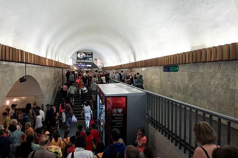 """Вход на станцию метро """"Площадь Восстания"""". Автор фото: Antares 610 (Wikimedia Commons)"""