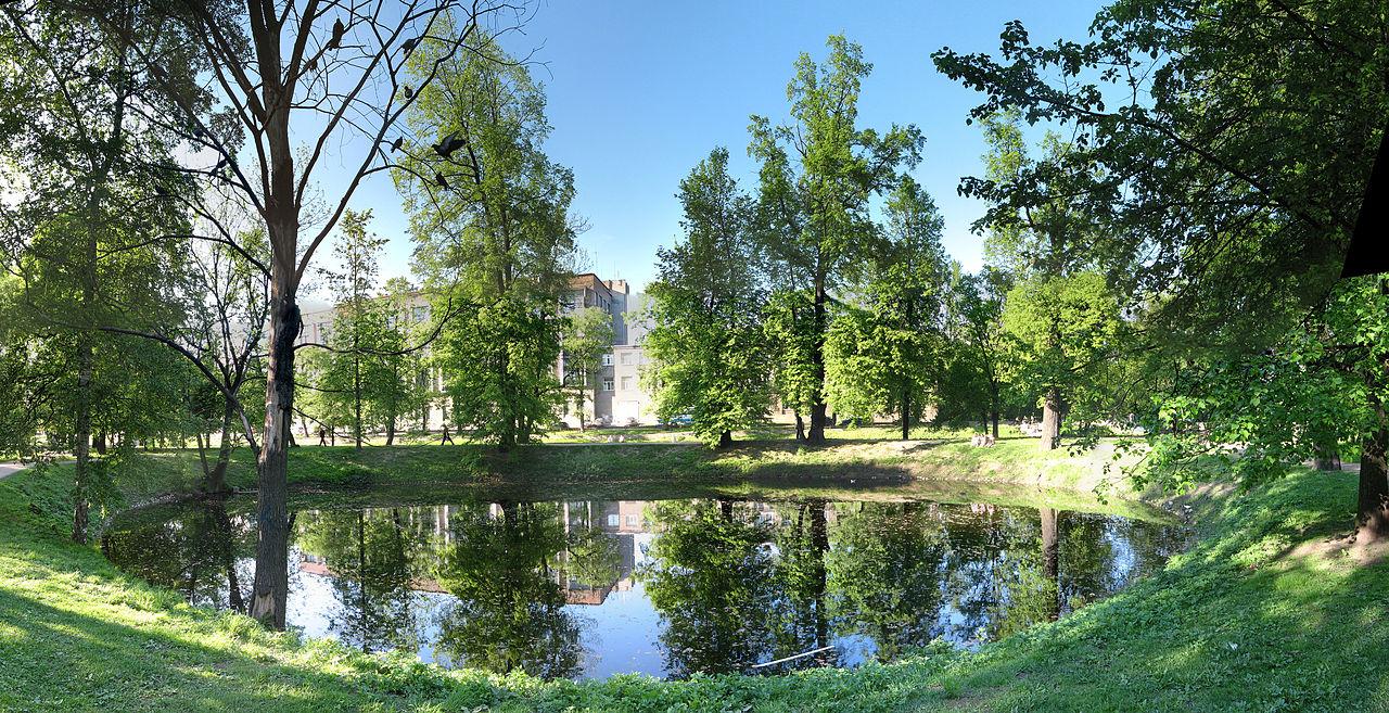 Круглый пруд на территории Строгановской дачи в начале XXI века. Автор фото: Vladimir Ivanov (Wikimedia Commons)