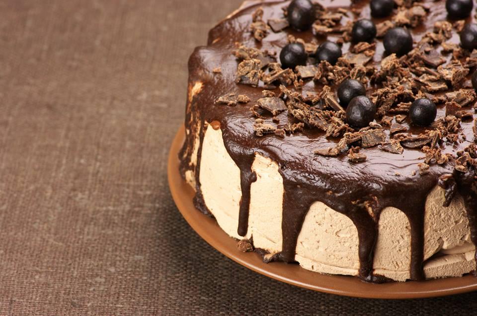 Праздничный торт, источник фото: https://www.facebook.com/Вегетарианское-Ведическое-кафе-Гауранга-695633417220375/