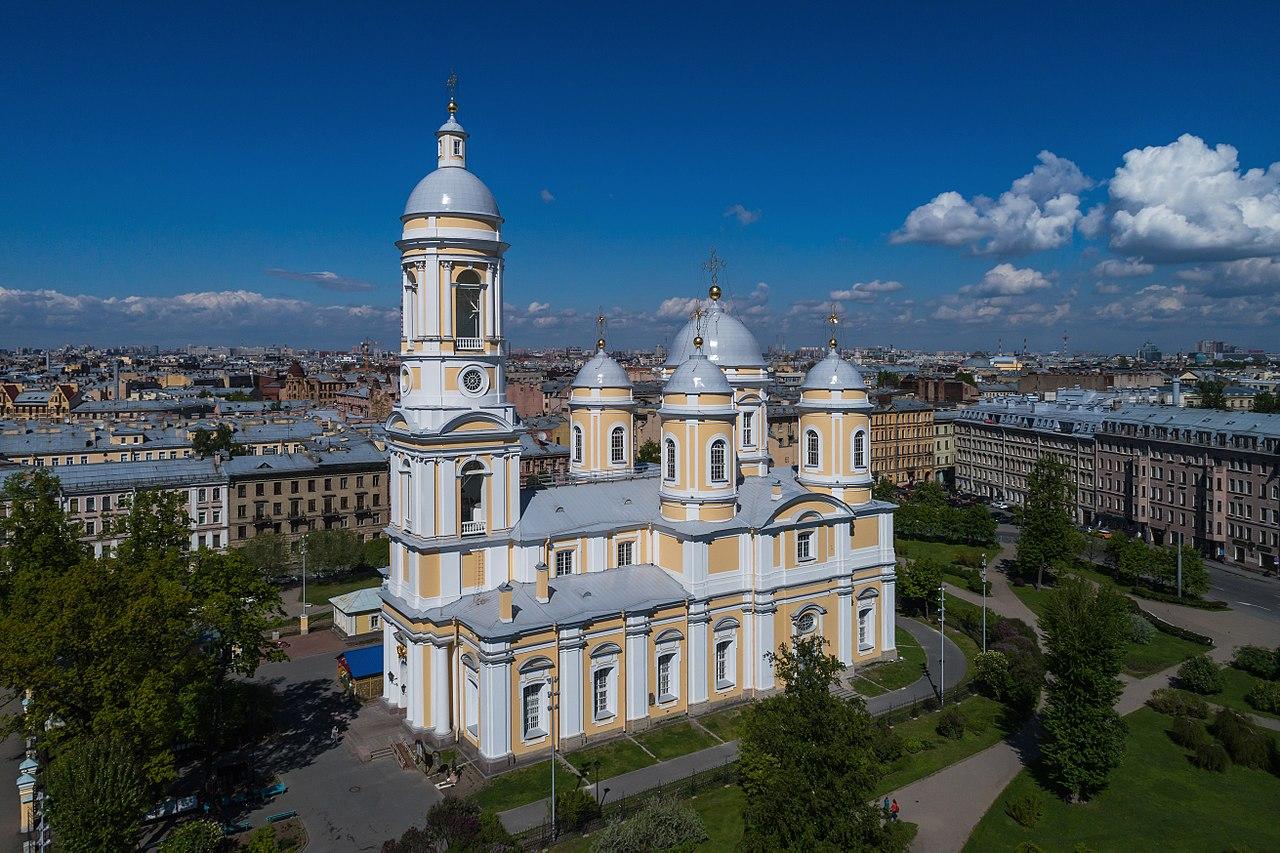 Князь-Владимирский собор со сквером. Автор фото: A.Savin (Wikimedia Commons WikiPhotoSpace)