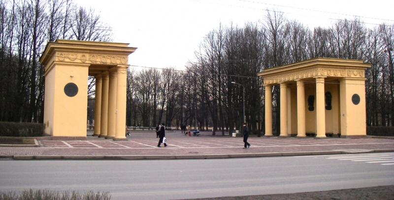 Пропилеи главного входа в Московский парк Победы. Фото: One half 3544 (Wikimedia Commons)