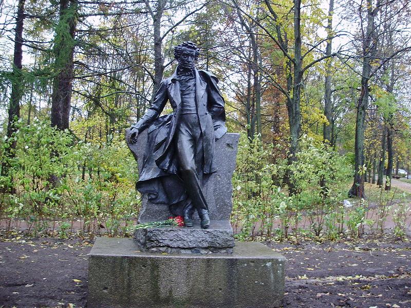 Памятник Пушкину на въезде в одноимённый город, на Октябрьском бульваре, источник фото: Wikimedia Commons, Автор: Vasyatka1