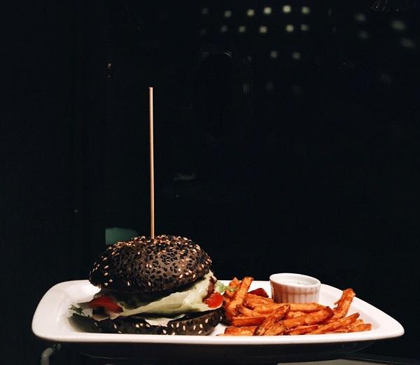 """Бургер в баре """"Пиф-паф"""". Фото с оф.страницы заведения в вк: vk.com/pifpafbar"""