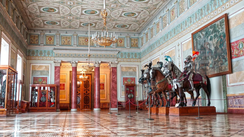 Работы мастеров-оружейников стран Европы представлены в Рыцарском зале