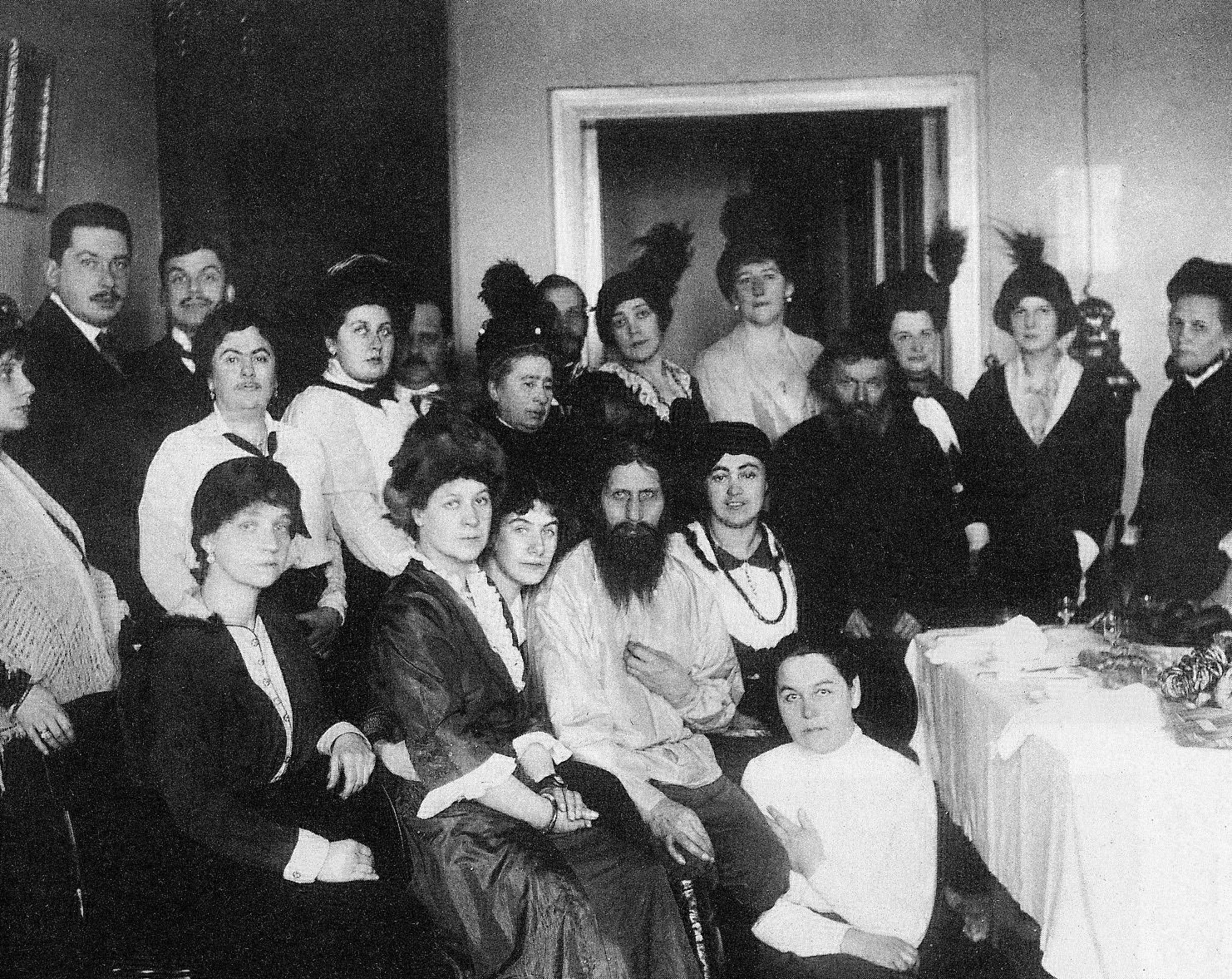 Г. Распутин с поклонницами. https://de.wikipedia.org/