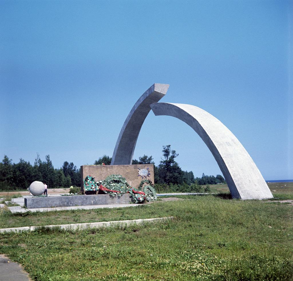 """Монумент """"Разорванное кольцо"""" на """"Дороге жизни"""". Фото: В. Барановский"""