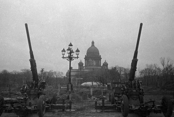 Зенитчики на страже Ленинградского неба» октябрь 1941 года, источник фото: Wikimedia Commons, Автор: David Trahtenberg / Давид Трахтенберг