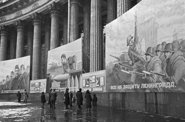 Плакаты на соборе в октябре 1941 г. Фото Анатолий Гаранин. Источник: wikimedia.org