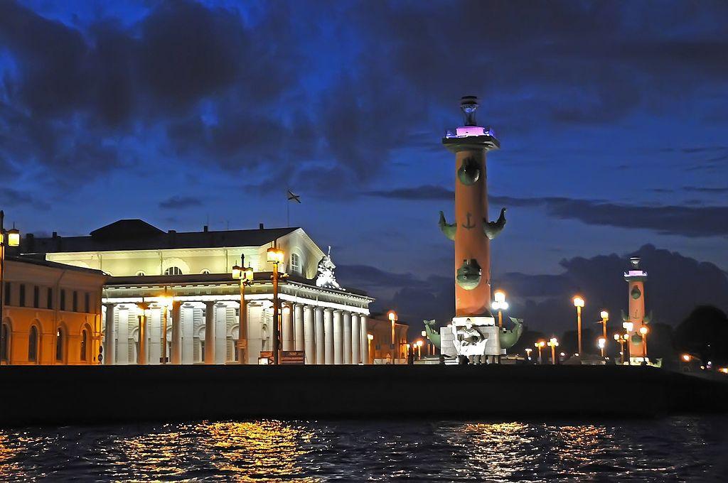 Ночная подсветка Ростральных колонн. Фото: Dennis Jarvis from Halifax, Canada (Wikimedia Commons)
