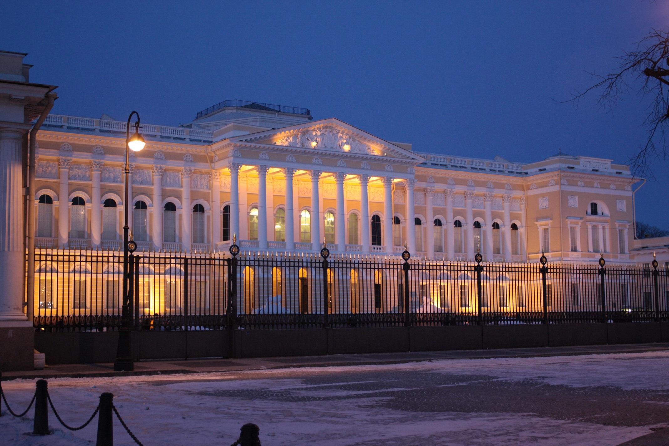Русский музей (Михайловский дворец) ранним вечером. Автор фото: NGC 7070 (Wikimedia Commons)