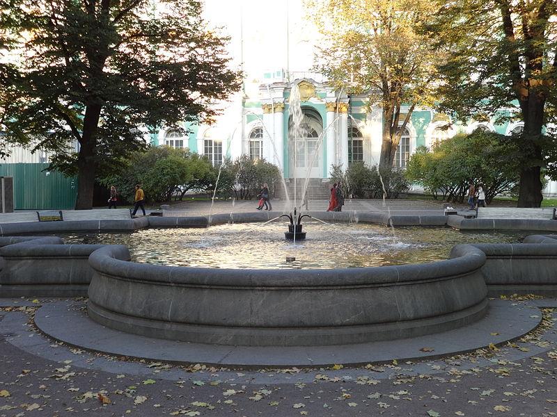 Сад с фонтаном. Автор: Надежда Пивоварова, Wikimedia Commons