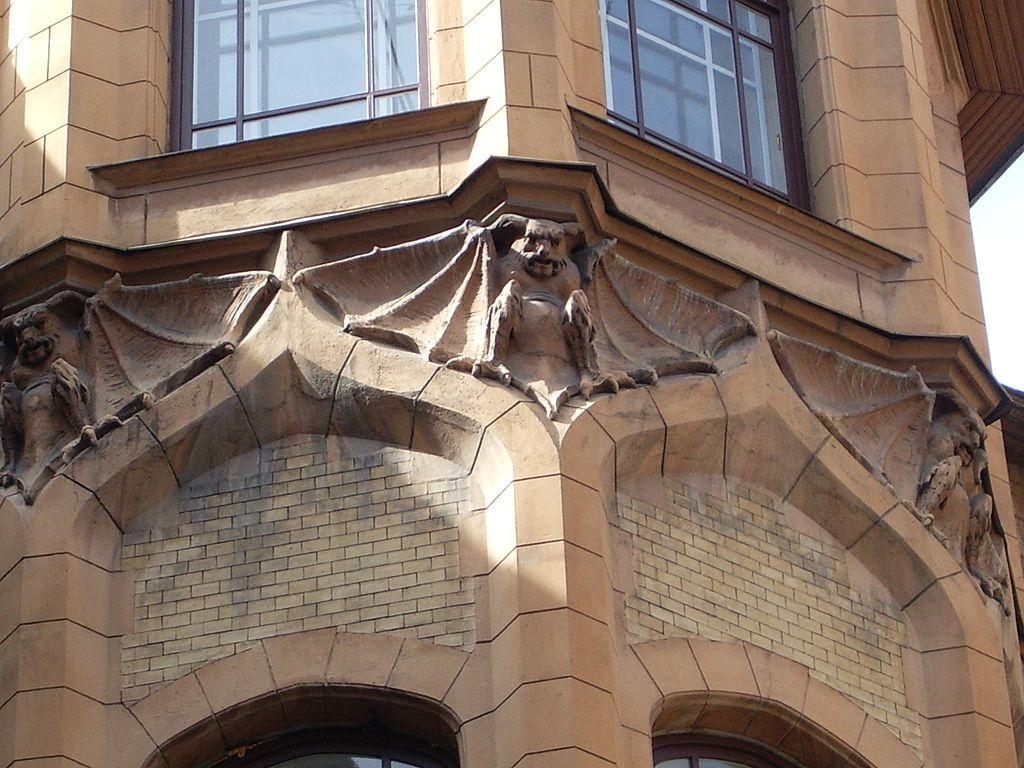 Химера во дворе Дома городских учреждений. Фото: Vadim Indeikin (Wikimedia Commons)