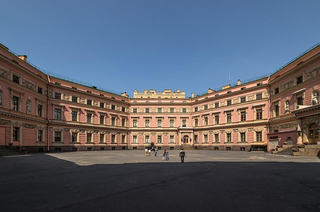 Большой двор Михайловского замка. Автор фото: Florstein (WikiPhotoSpace)