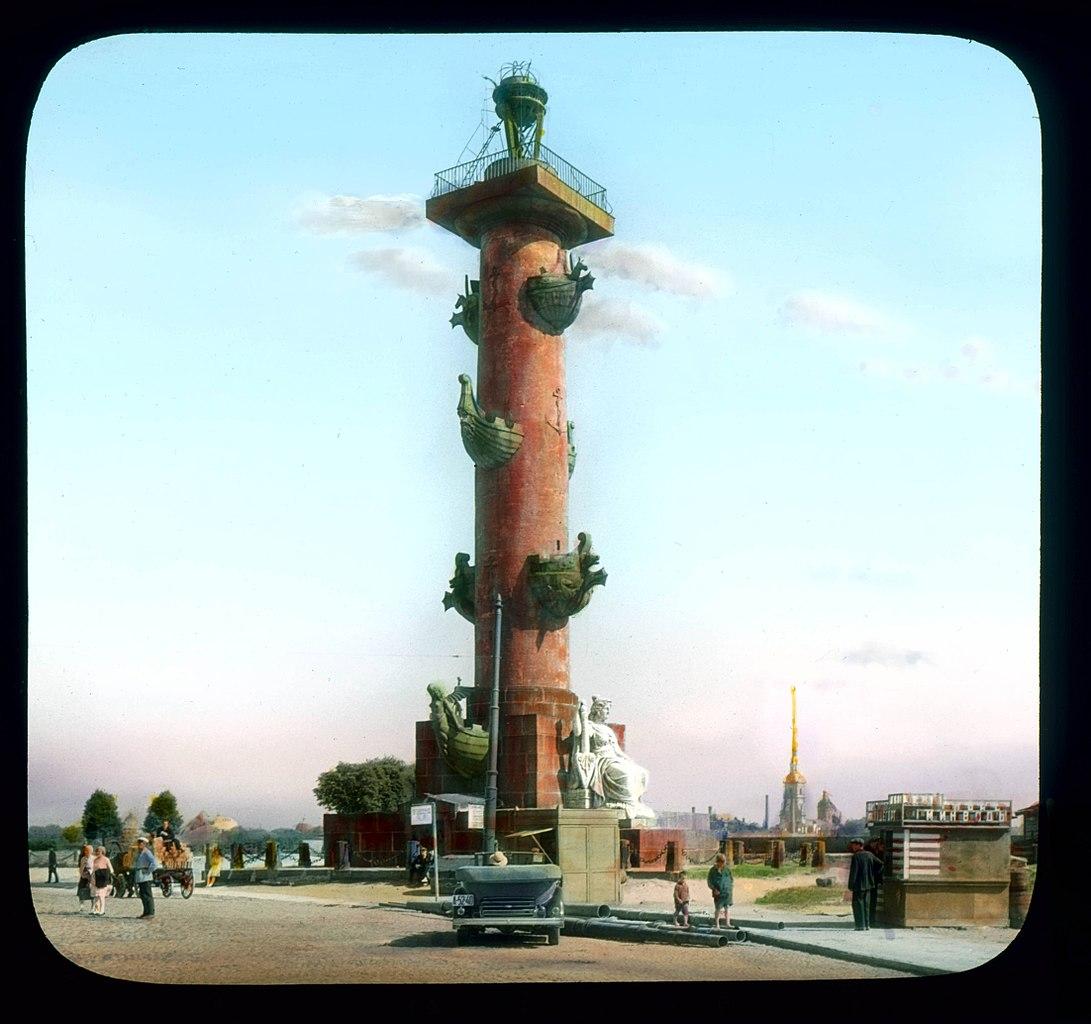 Вид на Ростральную колонну со стороны Дворцового моста. Автор: Брэнсон Де Ку, 1931 г.