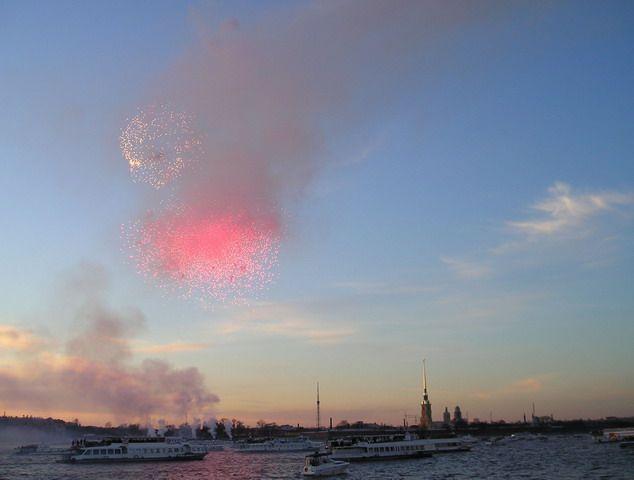 Фейерверк в Петербурге в честь 9 мая 2005 г. Фото: Сергей Неманов (Wikimedia Commons)