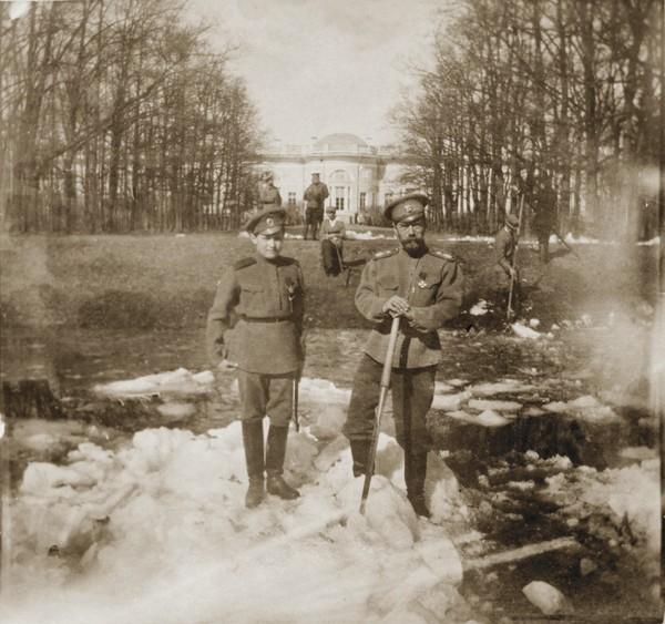 Царское Село. Николай II с сыном на прогулке в Александровском парке. Источник: https://commons.wikimedia.org/