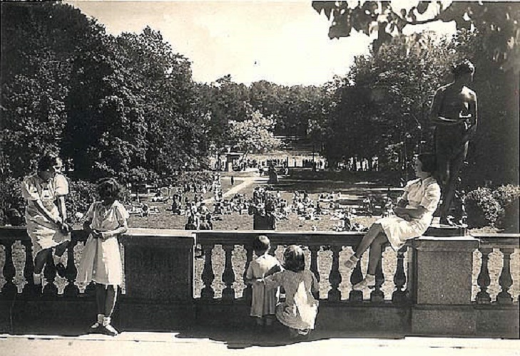 Город Пушкин. В Екатерининском парке. Открытка. 1939 год. Автор: М.М. Брейткас (M.M. Breytkas) (Wikimedia Commons)
