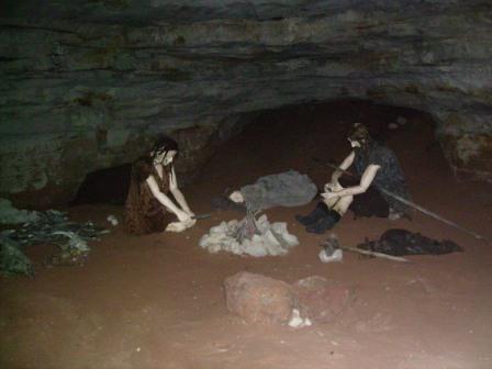 Саблинские пещеры, реконструкция жизни древних людей. Фото: Сафронов А.В. (Wikimedia Commons)