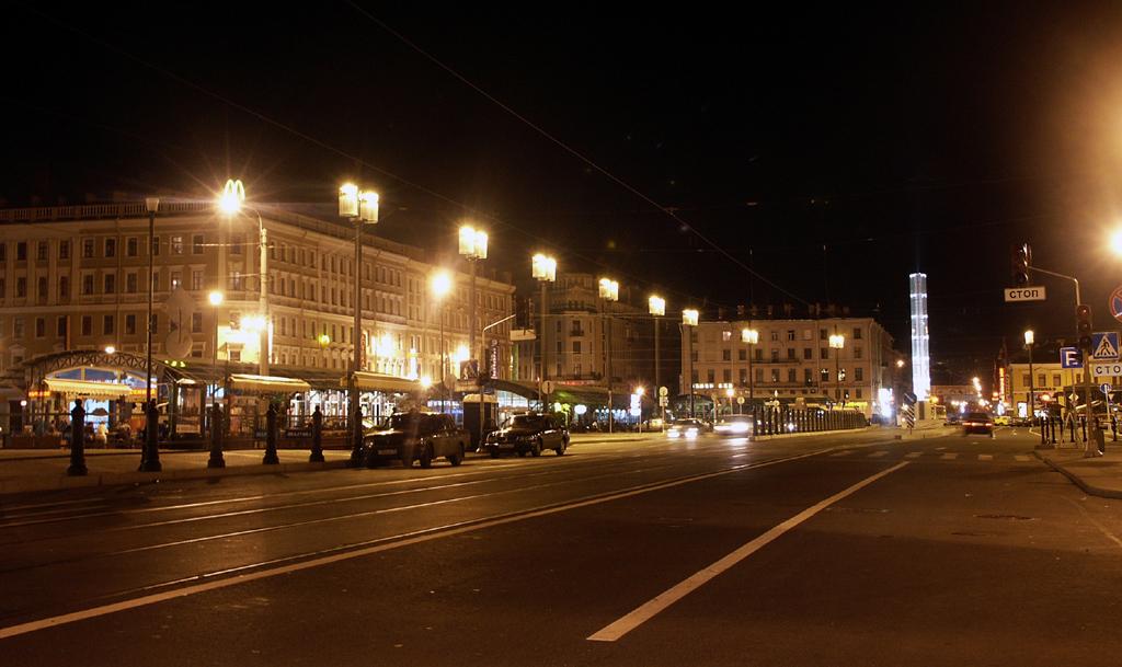 Сенная площадь ночью. wikimedia
