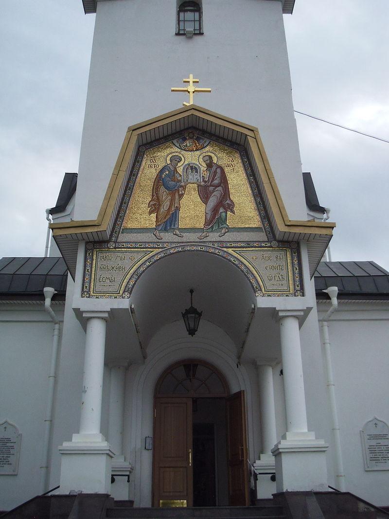 Икона над входом в церковь Петра и Павла. Автор: Пётр Иванов, Wikimedia Commons