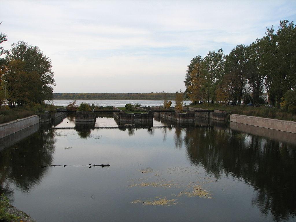 Шлюз в западном устье (Шлиссельбург). Фото: Leonid Kharitonov (Wikimedia Commons)
