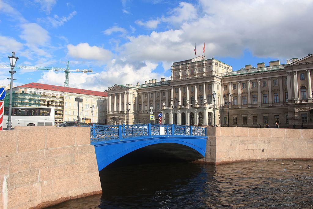 Вид с Мойки на Синий мост и Мариинский дворец. Фото: Sergpavl (Wikimedia Commons)
