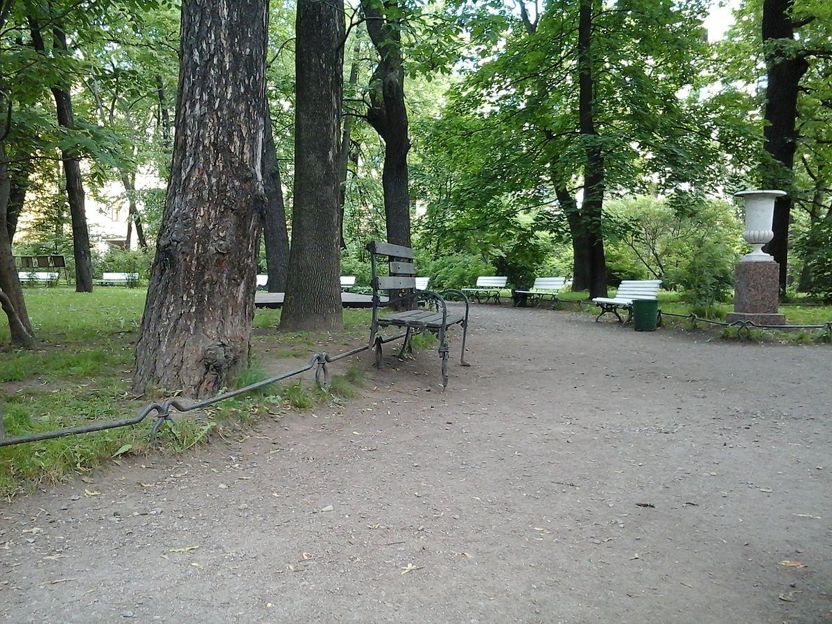 Скамейка стукачей в саду Фонтанного дома. Архитектор В. Б. Бухаев. 2006 (Wikimedia Commons)