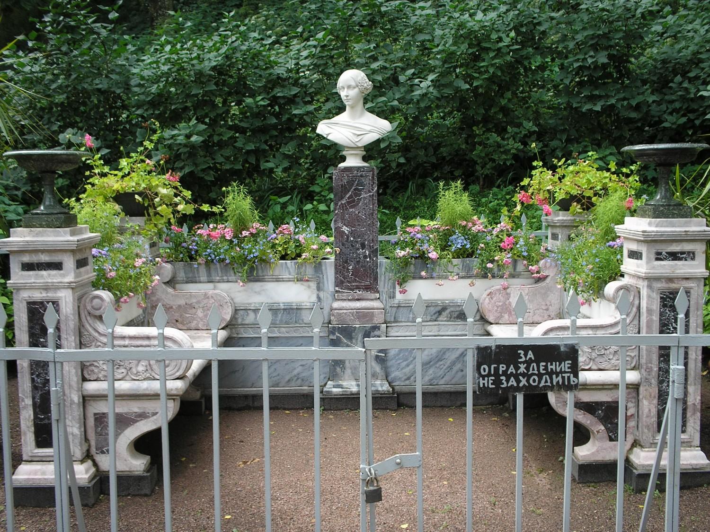 Скамья-памятник Александры Николаевны в Петергофе. Автор: фото А. Сдобникова. Вото с Википедии