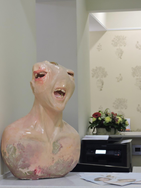 Памятник зубной боли из человеческих зубов