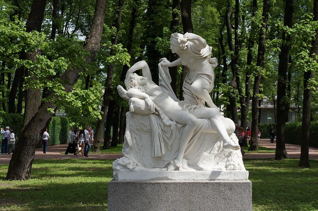 """Скульптурная группа """"Амур и Психея"""". Неизвестный скульптор. Италия, XVIII век. Фото 2012 года.. Автор фото: Евгений Со (Wikimedia Commons)"""