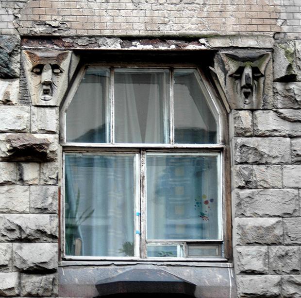 Скульптурные блоки над окнами второго этажа. Фото: citywalls.ru