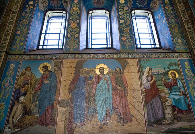Мозаики на стенах храма. Фото: Платонова Алина (Wikimedia Commons)