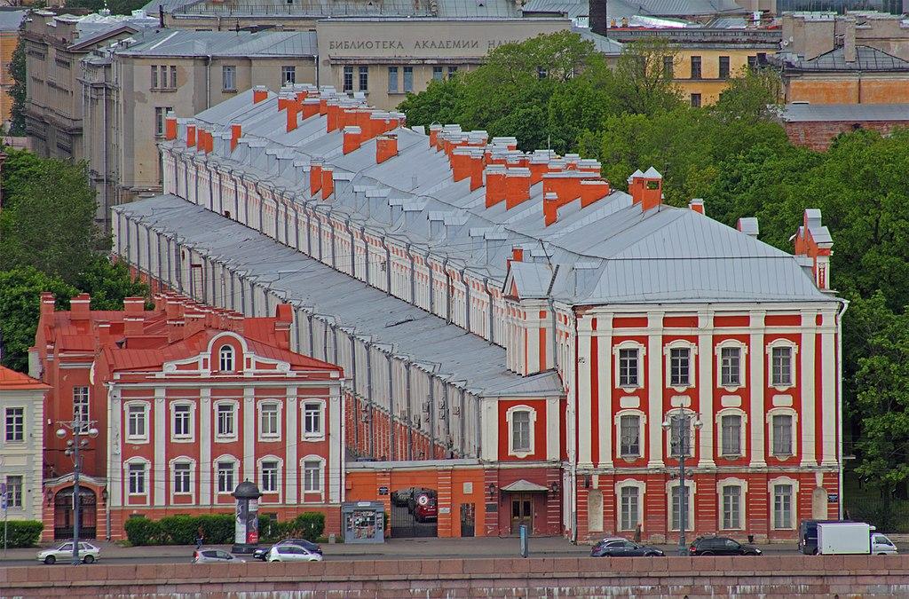 Ансамбль Университетской набережной. Здание 12 коллегий. Фото: A.Savin (Wikimedia Commons · WikiPhotoSpace)