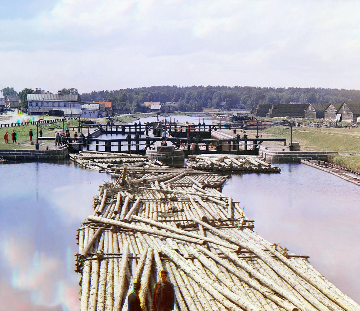 Сплав леса по Петровскому каналу. Фото 1909 г. Автор: Сергей Михайлович Прокудин-Горский