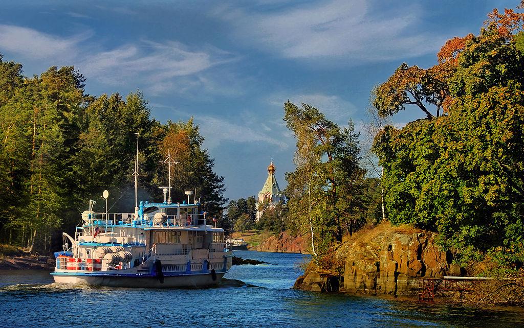 Санкт-Никольский скит на острове Валаам на Ладожском озере и небольшой корабль. Фото: Aleksander Kaasik