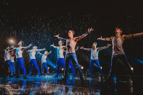 Шоу под дождем, источник фото: art-voyage.ru