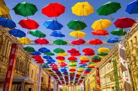 Городская инсталляция «Аллея парящих зонтиков», источник фото: vk.com