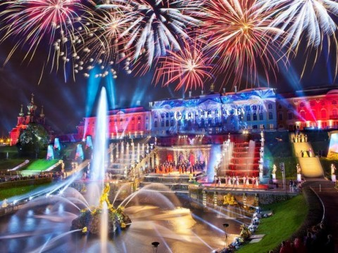 """Праздник фонтанов """"Советский Голливуд"""", источник фото: http://www.fiesta.city/spb/events/multimediynyy-spektakl-revyu-sovetskiy-gollivud/#"""