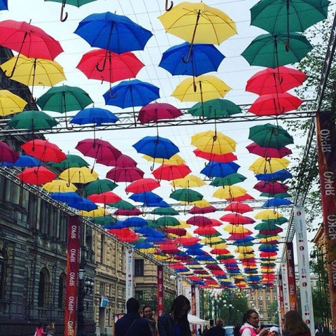 Saint Petersburg's very colourful Umbrella Sky Exhibition, источник фото: https://snapwidget.com/v/sw/1132663426273093084_1900981384