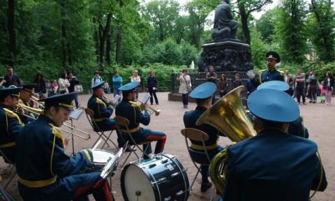 В Летнем саду выступление оркестра МЧС России, источник фото: gosobzor.ru