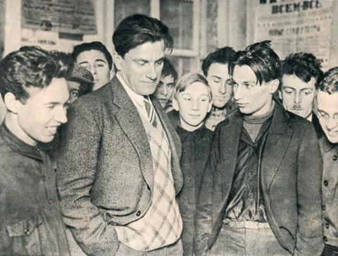 """В. В. Маяковский на своей выставке """"20 лет работы"""", 1930. Из семейного архива наследников ( From Wikimedia Commons)"""