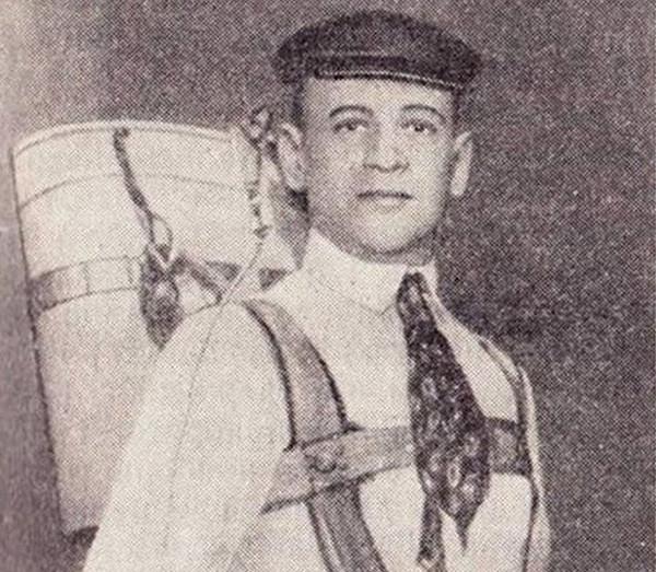 Глеб Котельников с парашютом собственного изобретения. Фото: rusplt.ru