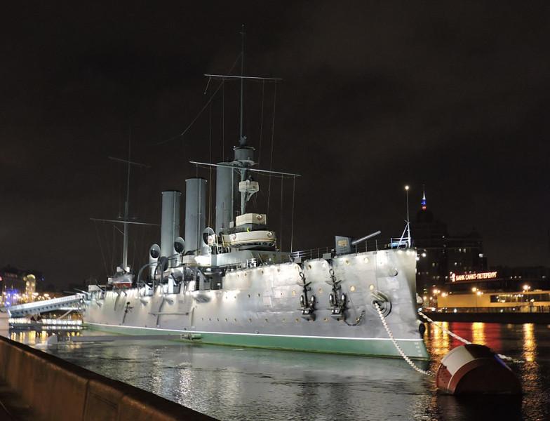 """Ночной вид крейсера """"Аврора"""". Фото: Monoklon"""