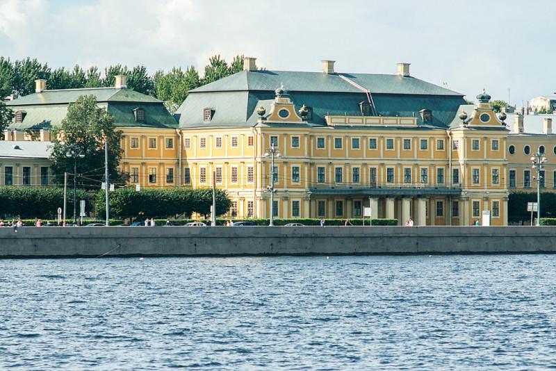 Вид на Меншиковский дворец со стороны Адмиралтейской набережной. Фото: Павел Лурье (Wikimedia Commons)